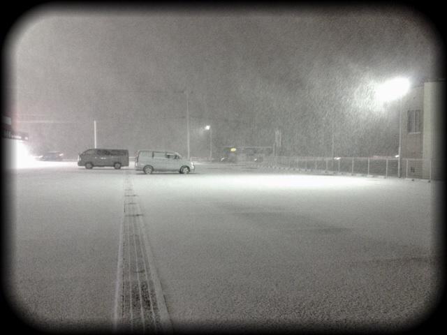 本格的に吹雪いてきましたあああ! 旭川から札幌まで150kmほど運転なう。 http://t.co/MEdcr7Ioc8