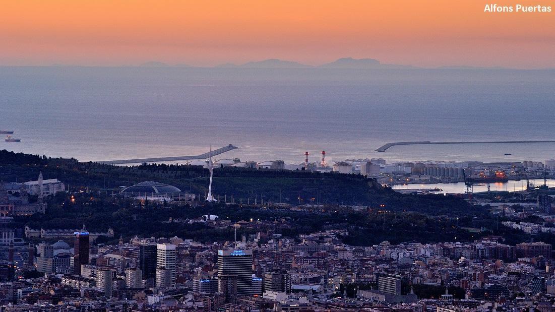La bona visibilitat avui torna a fer possible veure el perfil de Mallorca des del Tibidabo (via @alfons_pc) #arameteo http://t.co/ENPAh4GSMg
