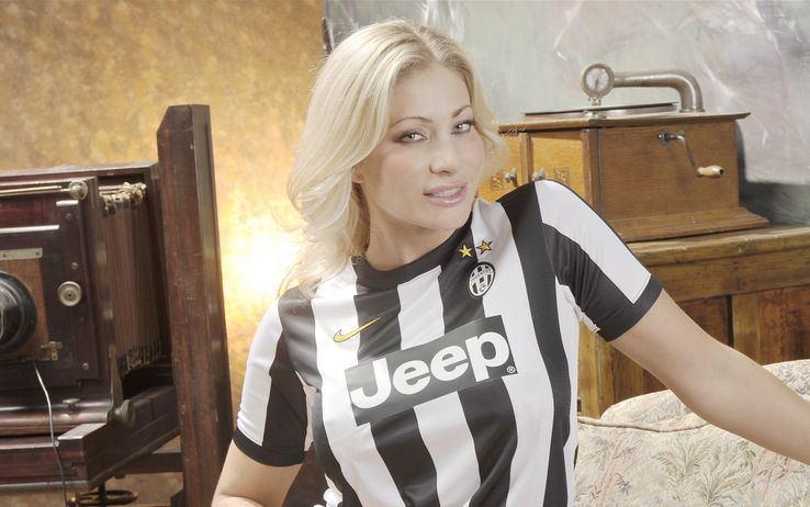 Oggi h16-18 @JLandOfficial è a Torino su VG. Con noi anche la pornostar juventina Vittoria Risi. Vi aspettiamo. http://t.co/PNEBJOqMkz