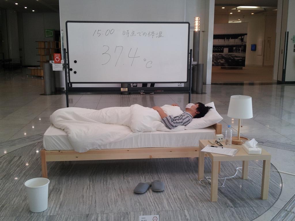 もう現代美術わからん。 RT @murase_yodan 広島市現代美術館の企画公募からもう一つ。「風邪をひいて、なおす」という作品です。「作家本人が美術館内にて風邪をひき、治すまでをパフォーマンスとして行う」とのこと。現代美術は深い http://t.co/0FT9AliO9O