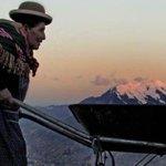 Imagen de campesina cargando una montaña da la vuelta al mundo http://t.co/j3N4oxXlnr http://t.co/7stkwSl1gn