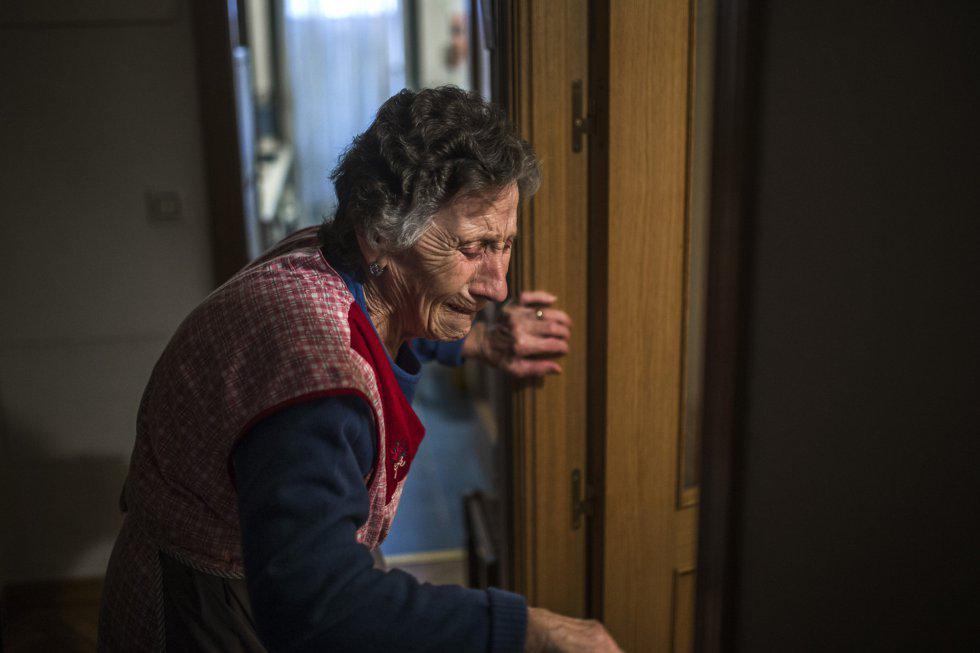 Carmen tiene 85 años y vive con una pensión de 630€ al mes. Hoy ha sido desahuciada en Madrid http://t.co/qGorcLManX http://t.co/PjzqDUpi1I
