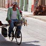 En bicicleta sale a vender escobas por toda la ciudad. En su casa cuelga un título de Ingeniero Industrial. #Cuba http://t.co/7EmHPgeJv0