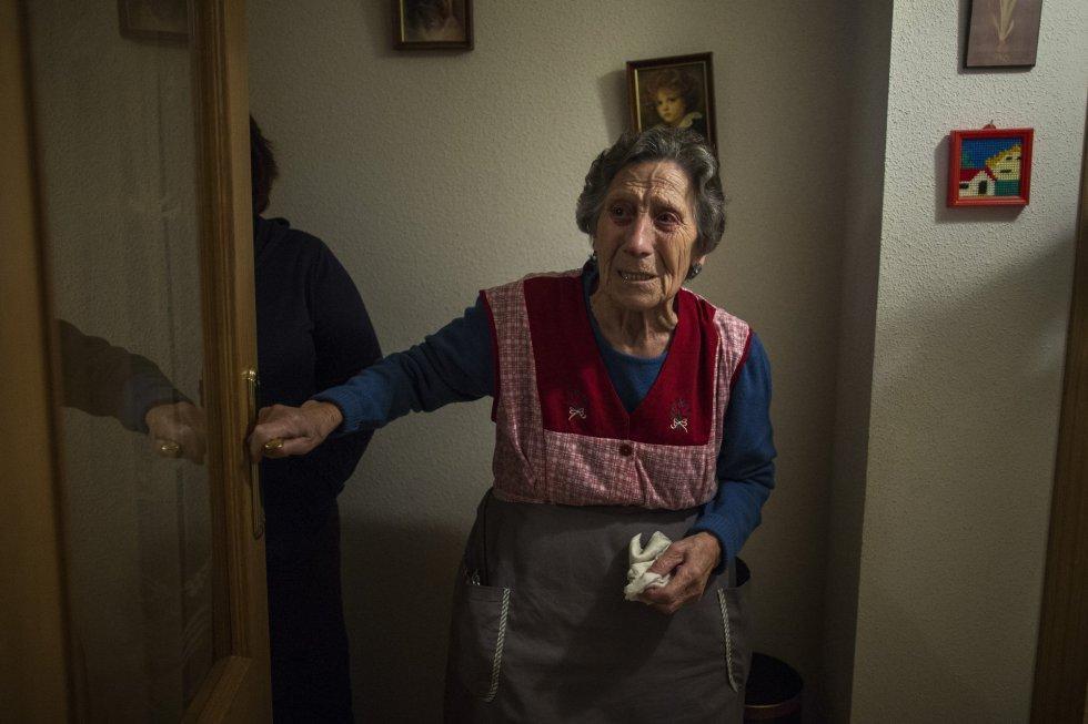 Fotogalería: Adiós a cinco décadas de recuerdos http://t.co/r5mytamUSd Carmen, de 85 años, desahuciada hoy en Madrid http://t.co/8Ver41AacP