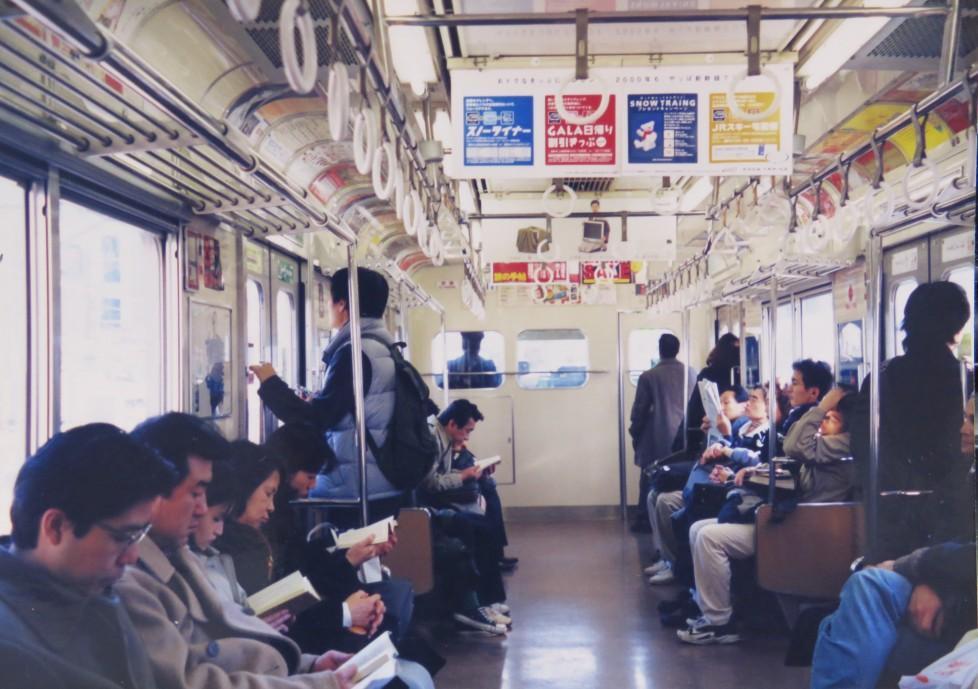 2000年1月、山手線にて。携帯電話をいじる人なんか居なくて、みんな本か新聞を読んでいた。 http://t.co/Hw2G27NuJT