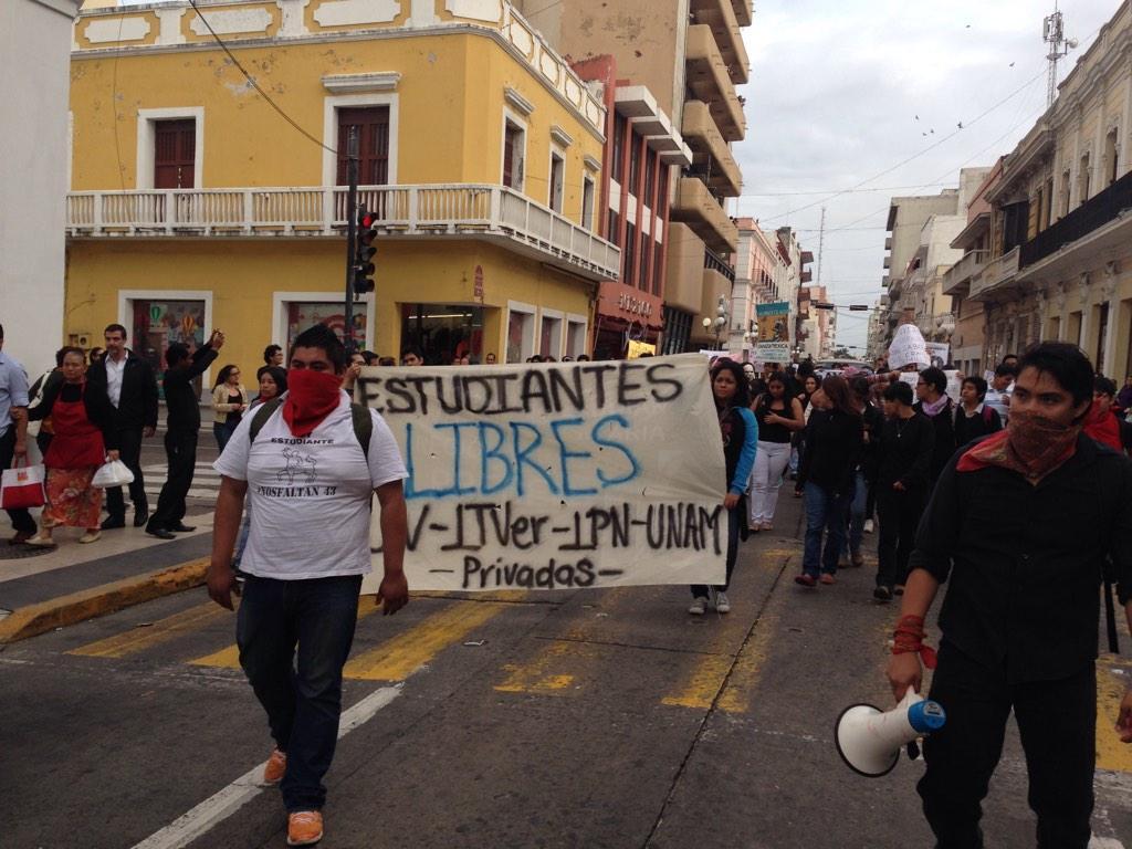 #Noqueremosjuegos queremos justicia dicen estudiantes de Veracruz en protesta por los desaparecidos de #Ayotzinapa http://t.co/QLsf3t4Cit
