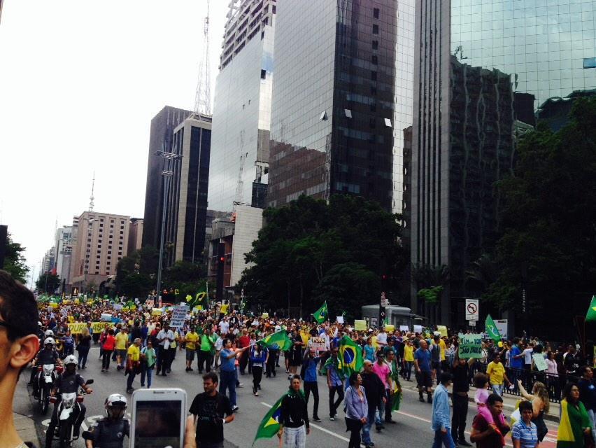 """RT @renatadangelo: Paulista lotada #VempraPaulista #VemBrasil15Nov #VemPraRua http://t.co/1lLW4E55qC"""