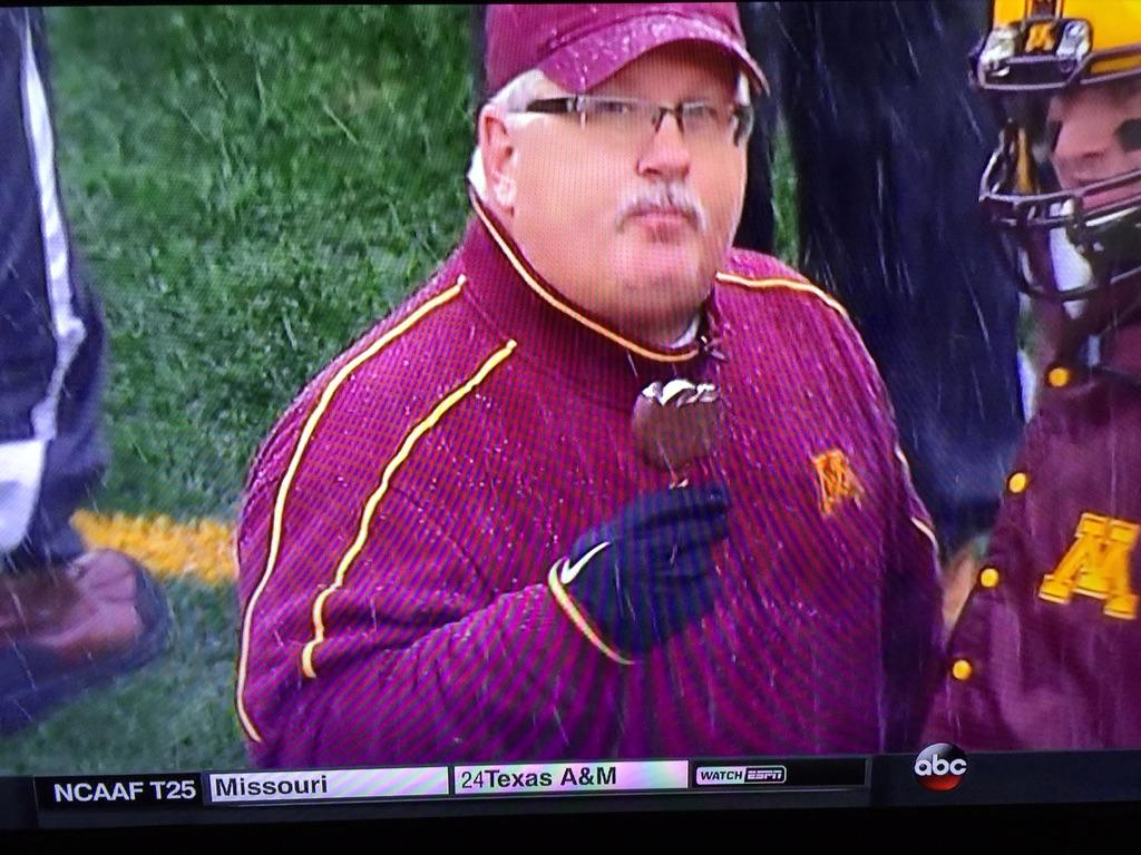 Of course, guy from Minnesota is eating ice cream in a blizzard http://t.co/Hd6kw9h9nG