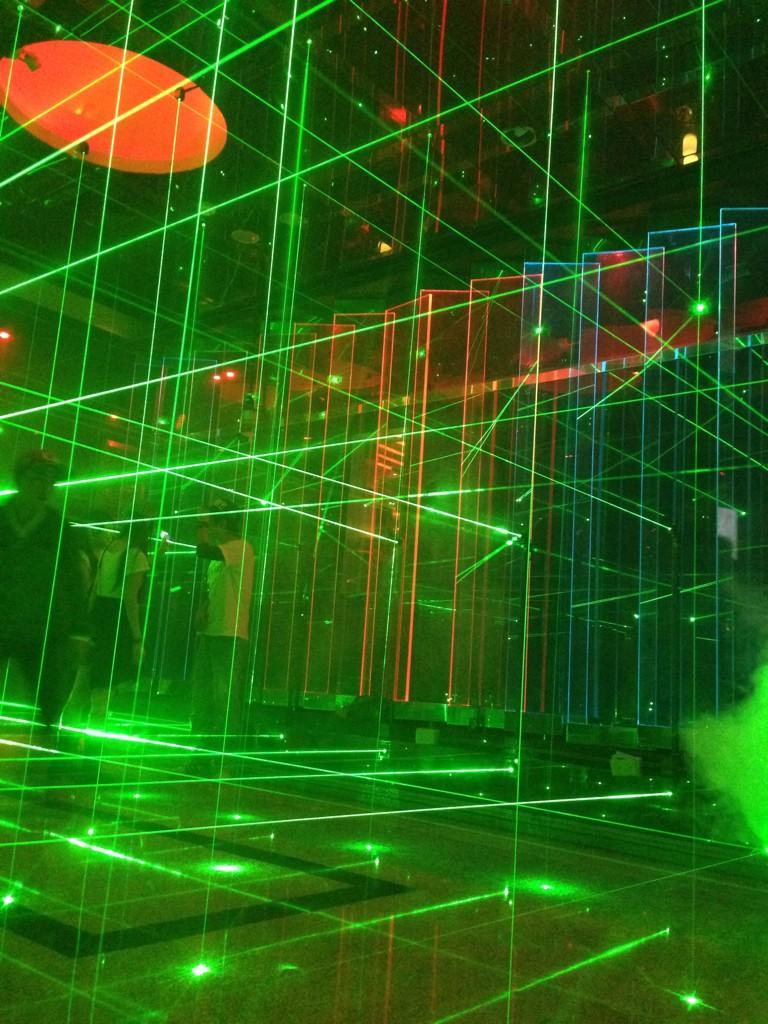 台湾のクラブの入り口 レーザーで囲まれてるし楽しい http://t.co/d4HYPDyWgW