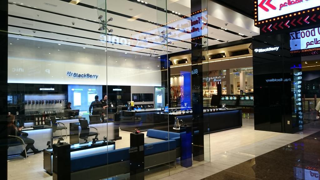 Whoa! RT @cihankbtn: Magnifique Boutique #BlackBerry dans le dubai mall. On veut la même en France  @BlackberryFR http://t.co/Rif37YxbkA