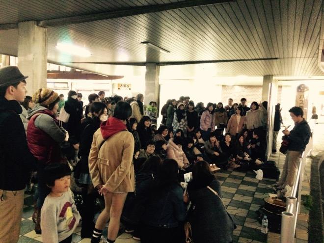 久々に懐かしの津駅で歌ってます!沢山集まってくれてます^ - ^ http://t.co/SH8JTACYYw