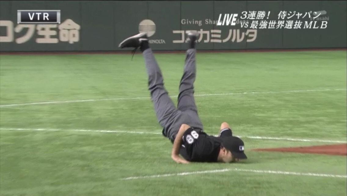 審判がとつぜん暴れ出した。 #日米野球 http://t.co/F7PNwLny8o