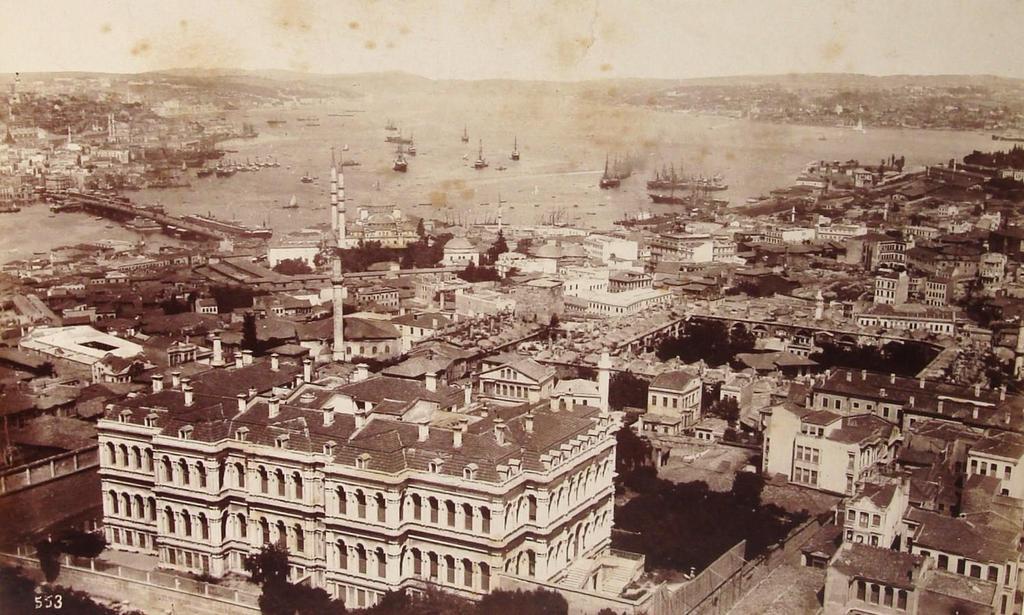 Beyazıt Kulesi'nden Boğaz'a bakış (1880-90) Ön tarafta günümüzde yerinde otopark olan Ali Paşa Sarayı görünüyor. http://t.co/2f5cx94TNs