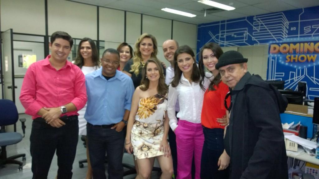 LUIZA ZANCHETTA (@LuizaZanchetta): Liga na Record que essa turma aí vai invadir o Domingo Show!!! #cortapranós #pensanoseguinte #aniversárioMarcelo http://t.co/IM8B95QuzE