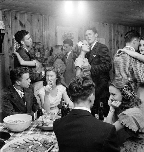 Teenagers at a party in 1947 http://t.co/wJuRnMqVyg
