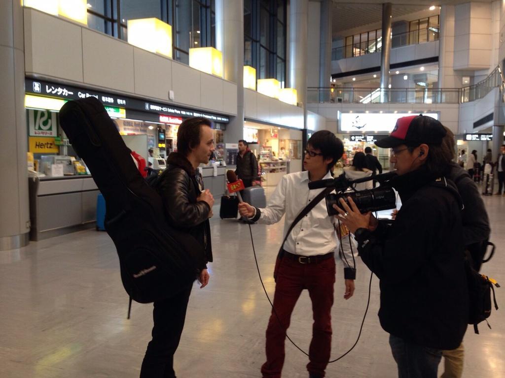 成田で「YOUは何しに日本へ?」に取材されるソンドレ!放送なるか?! 明日から再来日公演!チケットを是非に!!! http://t.co/0HDNN7adxn