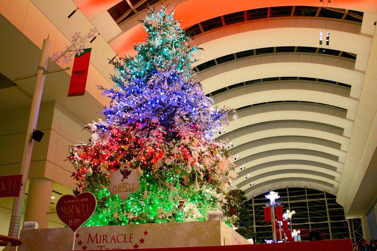 横浜のクリスマスを盛り上げる12mの巨大クリスマスツリーが点灯! 今年は「ミラクル☆ツリー」と題して映画「ミラクル デビクロくんの恋と魔法」とコラボ。@クイーンズスクエア 12/25まで http://t.co/o49t0iDTqA http://t.co/plT8RJ7uIH