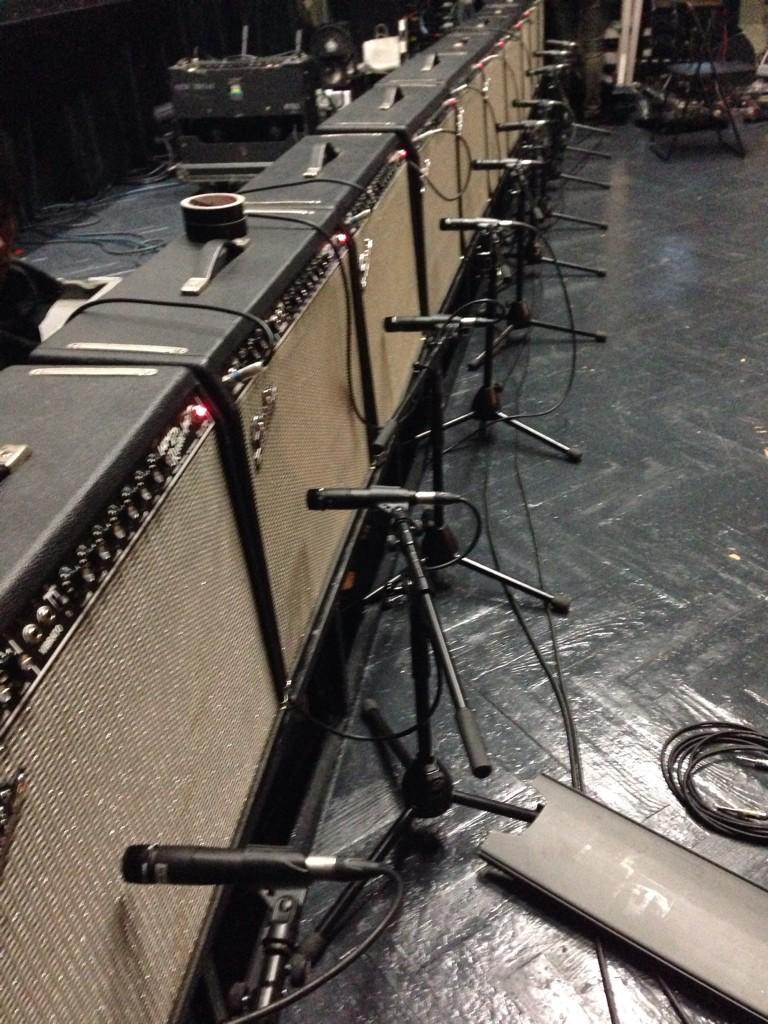 土曜日から入れ替わり立ち替わりミックス、録り、そして今日は何故か灰野敬二氏のギターテックをやっていました。半田ごて片手にエフェクターを治したりして来ました。ツインリバーブ10台は圧巻だった。 http://t.co/uzhS3kx7wU