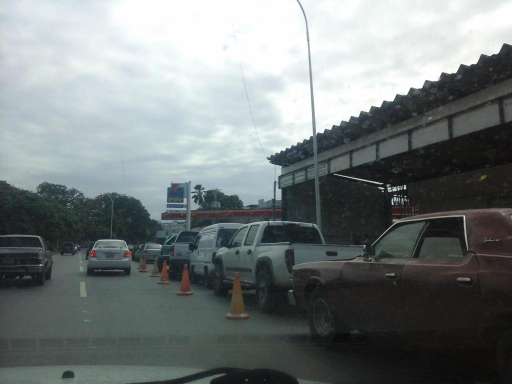 Usuarios denuncian escasez de combustible en Maracay http://t.co/qFKkBEltZ8 Vía: @mclaraea