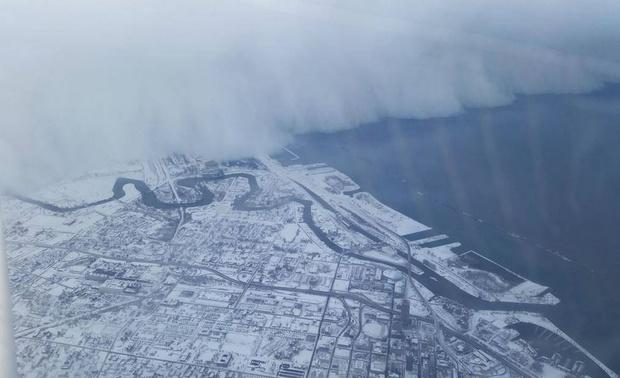 One of the best images from today. MT @CityLab: A towering wall of snow fell on #Buffalo http://t.co/odfrPZjXBp http://t.co/QF6IMMBo32