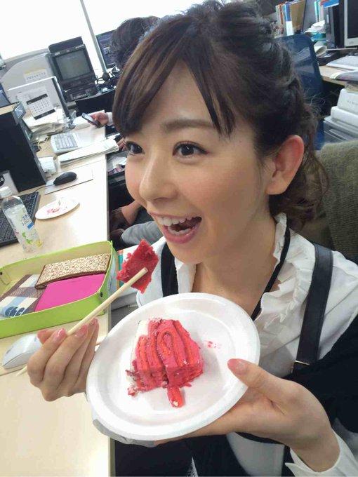 ケーキを食べる松尾由美子