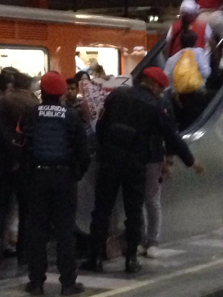 Harold Azuara (@haroldazuara): Hoy en el metro Chabacano un chavo tenia un cartel que decía #yamecansé los policías lo sacaron  Que pasa MÉXICO?