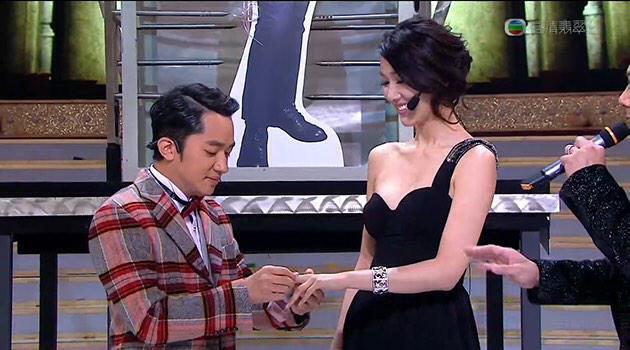 王祖藍於無綫《萬千星輝賀台慶》表演環節後,拿着花跪下向女友李亞男求婚,並送上戒指。 李亞男戴上戒指後,在眾人見證下表示願意嫁給王祖藍。 http://t.co/tnh5NJ87f0