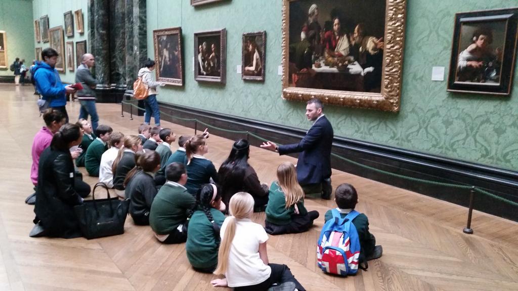في غاليري الوطني لندن هذا الظهر، هكذا يعلمون الأطفال الذوق الجميل،الفن الجميل،الحس الجميل. لا الموت،والدمار والتقتيل. http://t.co/EssPSU66au