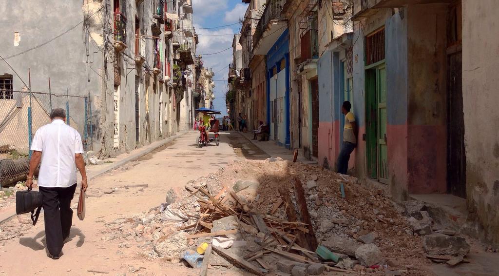 Es como vivir en una guerra eterna sin bombas donde se cae la ciudad y el honor de mi gente. #Cuba http://t.co/qiSjNqVHt6