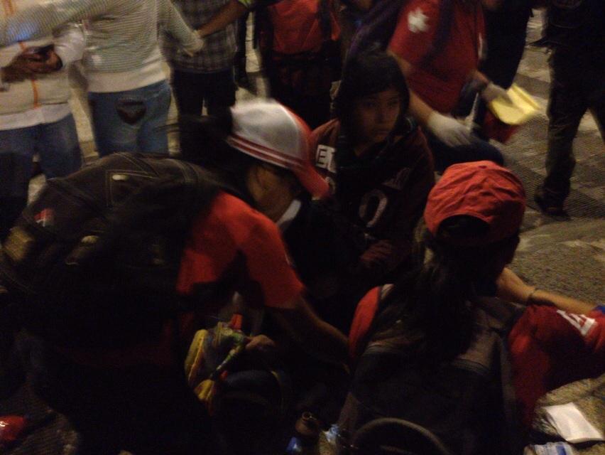 Reportan detención de jóvenes que no usaban capuchas cuando defendían a señora que era golpeada por granaderos  #1DMX http://t.co/Qzma7EXBcN