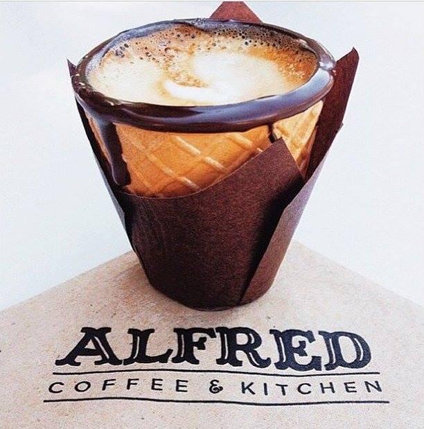 ประสบการณ์ใหม่ในการดื่มกาแฟ ที่ Alfred Coffee ร้านกาแฟสุดHip ใน LA นำโคนไอศครีมเคลือบช็อคโกแล็ตมาใช้เป็นถ้วยกาแฟ http://t.co/j5JQEswIna