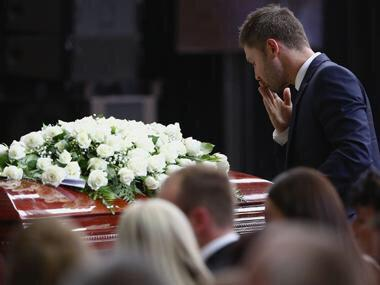 What a beautiful picture. #63NotOut #RIPPhilHughes http://t.co/X9UgTcUkrh