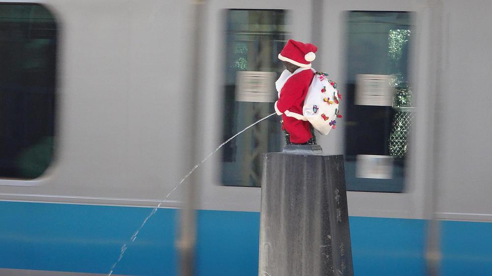 浜松町駅ホームの小便小僧がサンタクロースになっていました。 http://t.co/7IpjMM3mOP