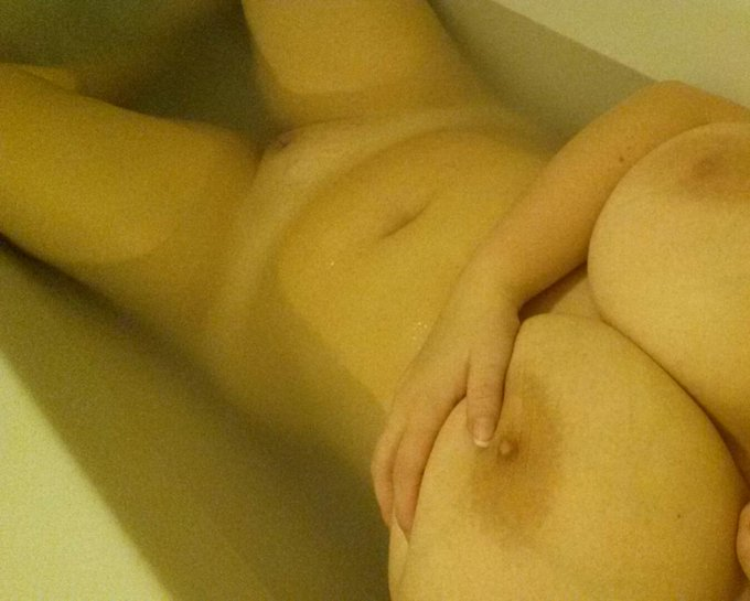 Relaxing bath before camming #relaxing #bigtits #camgirl http://t.co/RzIBWZnvZD