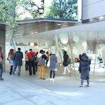 コム デ ギャルソン青山店のウィンドウに「アナと雪の女王」が登場。本日11時から販売をスタート http://t.co/6cmG8Bx4M7 http://t.co/mDqU9YFazp