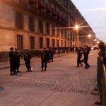 """#HoyenAnimal: """"Denles duro y que no se vayan"""", gritan granaderos en el Zócalo http://t.co/lV6eFn4qya http://t.co/7893rkkcMZ"""