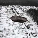 Un agujero de 50 metros de diámetro se traga varias casas en Rusia http://t.co/Q7klo7Gw1A http://t.co/bYRCFnOxMq