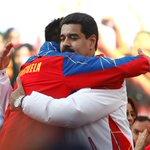 MOMENTOS: El abrazo infinito del pdte @NicolasMaduro y el esgrimista Silvio Fernández http://t.co/O0UpwcIrGQ