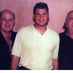 .@CarlosVerareal #ElPasadoNoVolvera ¿Alguien sabe quiénes son las dos personas de la izquierda? http://t.co/VqqA3LBgbR