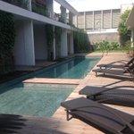 Hotel Blambangan, aset pemda yg lama tak dioptimalkn. Kini dikelola profesional oleh 30 lulusan SMK Bwi. Penuh terus http://t.co/7BceRzUV2x