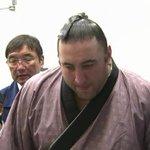 栃ノ心、栃煌山が両差しになったとき、「よしよし、行け行け!」と声を上げ、勝ったところでガッツポーズ! #sumo http://t.co/Xrqz9oIzkR