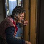 Carmen Martínez Ayudo, de 85 años, llora durante su desahucio de ayer en Madrid. Vergüenza de país. http://t.co/keSa8dtcWw