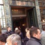En attendant Francois Hollande à Lille, gros bouchons dans le vieux lille. Aubry attend ds le restaurant http://t.co/zNgsraFBMo