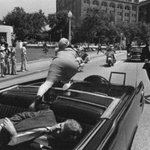 Через несколько секунд после убийства Кеннеди. Джеки пытается спастись. 51 год назад. Даллас. США. 22 ноября 1963 г. http://t.co/alRUNRcYX8