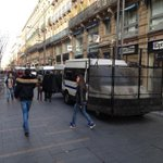 Camions anti-émeutes rue Alsace-Lorraine au milieu des Toulousains qui font leurs courses. #LT #Toulouse #sivens http://t.co/LZ3mATgaju