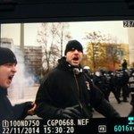 """#MaHe-Nazi greift Pressefotografen an, #Polizei """"verteidigt"""" ihn gg den fotografen & eskortiert ihn zu seiner demo. http://t.co/0V444NJatj"""