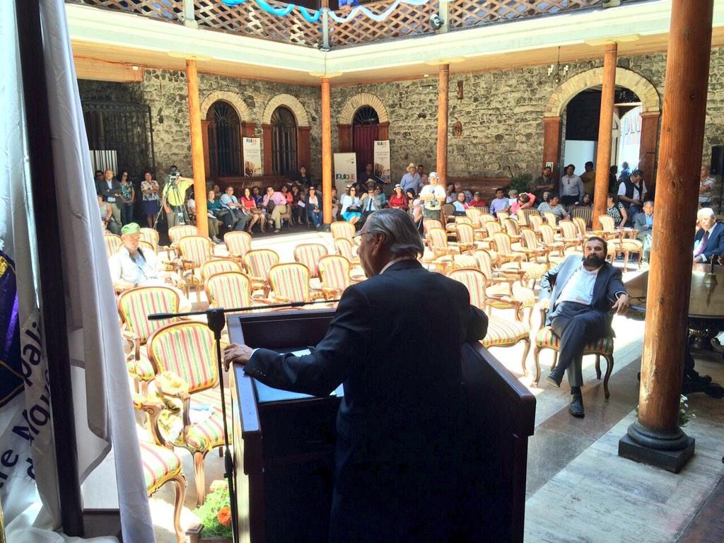 Alcalde Jorge Soria en sesión solemne del aniversario de #Iquique, le habla a las sillas vacías y los pocos abuchean http://t.co/QlrxhnYr9d