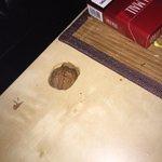 Wenn man versucht, Nüsse auf IKEA-Tischen zu knacken, passiert DAS: http://t.co/xbJmoTe6CM