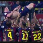 Gran reconocimiento de sus compañeros tras el gol 252. Arriba #Messi. El mundo lo aplaude al argentino. http://t.co/Wk7o3tTx8Q