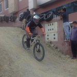 En total hay 60 competidores en la carrera de de downhill que se desarrolla por las fiestas de #Loja. http://t.co/RxmyoW764q